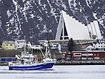 Trawler vor Eismeerkathedrale in Tromsö