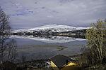 Bergspiegelung und Hütte am Meer