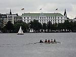 Segelboot und Ruderboot vor Hotel Atlantic