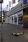 E-Roller liegt auf Fußweg