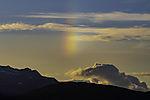 Nebensonne und Wolken über Kvalöya am Abend